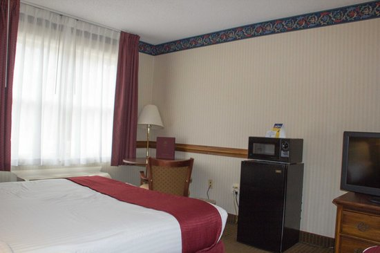 BEST WESTERN Radford Inn: Convenient corner table, chairs, refrigerator & microwave