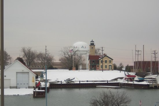 Wyndham Garden Kenosha Harborside: View of the Southport Lighthouse from the lake side room