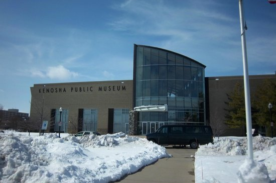 Kenosha Public Museum: Front of the building from the parking lot