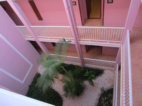 Hotel Riu Playacar: Inner living courtyard in building 6