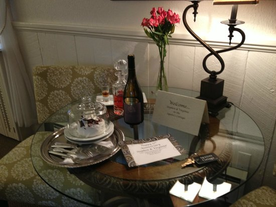 Honor Mansion, A Wine Country Resort: Anniversary Surprise left by the owners!