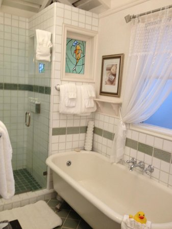Honor Mansion, A Wine Country Resort: Our bathroom