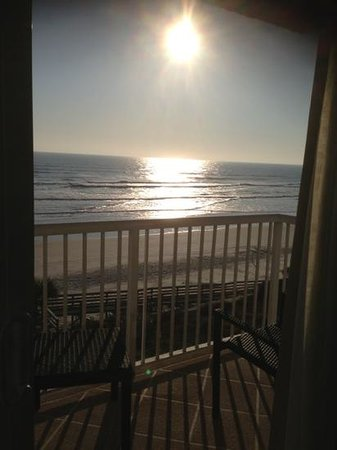 Holiday Inn Resort Daytona Beach Oceanfront: Beautiful sun rise off our balcony