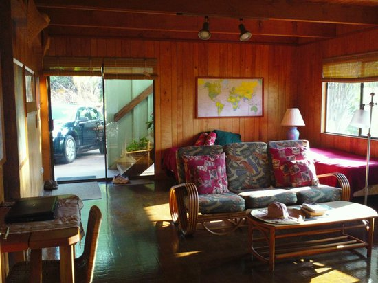 Ka Hale Mala B&B: Spacious living room (and view out front door)