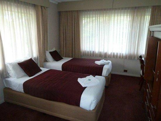 والدورف لورا جاردنز ريزورت: Twin Beds in The Family Room