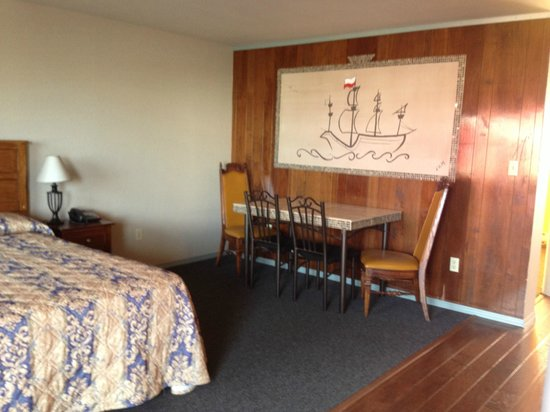 Oasis Motel: one bedroom with two Q-size beds with kitchen