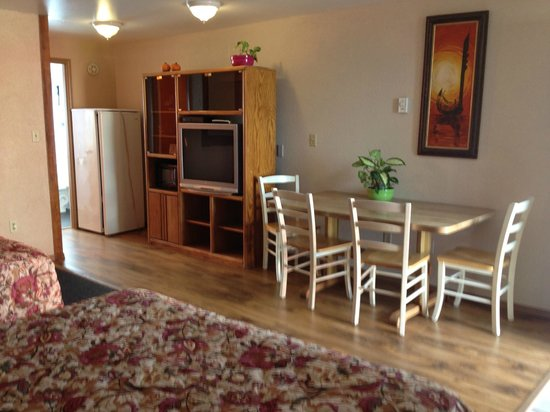 Oasis Motel: one bedroom with three Q-size beds