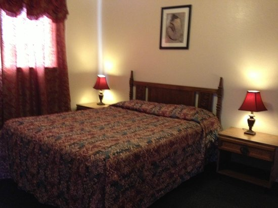 Oasis Motel: one bedroom with two Q-size beds