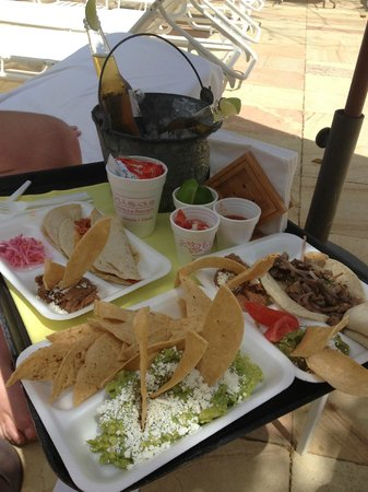 Las Brisas Hotel Collection Ixtapa: Poolside tacos, yum!