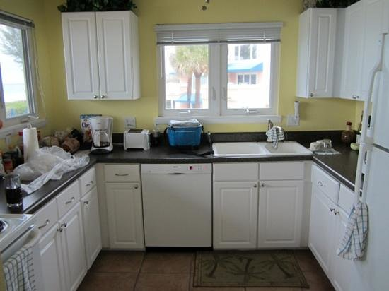 Sand Cay Condominiums Beach Resort: Nicely equipped kitchen with great view