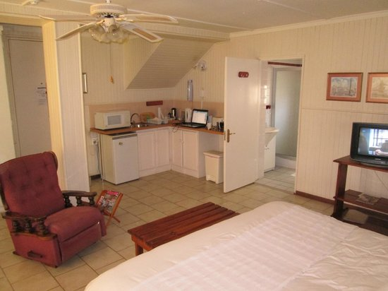Natanja Guest House & Self-catering: The bathroom with walk-in shower and the kitchen area.