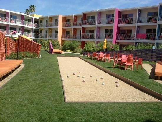 The Saguaro Palm Springs: bocce ball area