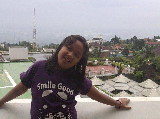 Surya Hotel and Cottages Prigen : Balkon kamar diatas helipad