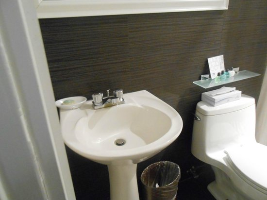 Amsterdam Court Hotel: Modern Bathroom