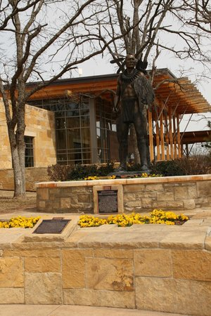 Chickasaw Cultural Center: Warrior Statue