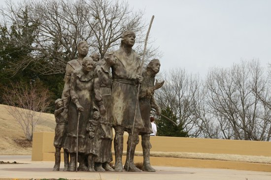 Chickasaw Cultural Center: Statue