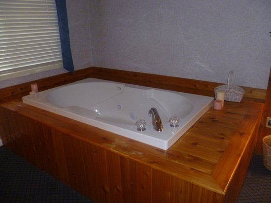 Zoders Inn & Suites: Our in-room jacuzzi!