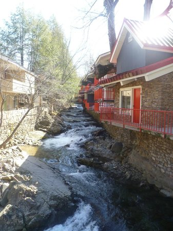 Zoders Inn & Suites: View of the stream from the front of the inn.
