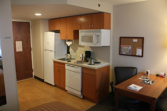 Candlewood Suites New York City Times Square : Very well equipped kitchen area