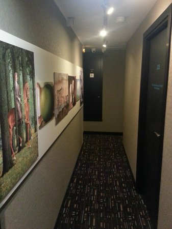 Best Western Villa Des Artistes: Artwork in hallway