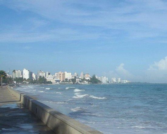 Tres Palmas Inn: The beach across the street