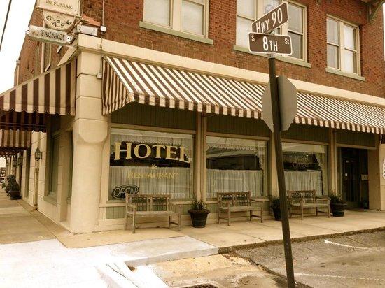 Hotel DeFuniak: Outside