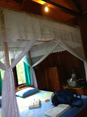 Bunaken SeaGarden Resort: Bedroom with mosquito net