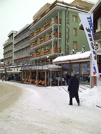 Central Hotel Wolter Restaurant : Andre on his way to Restaurant Wolter Grindelwald