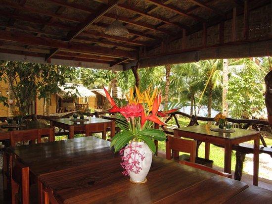 Camiguin Volcan Beach Eco Retreat & Dive Resort: Restaurant View to Garden