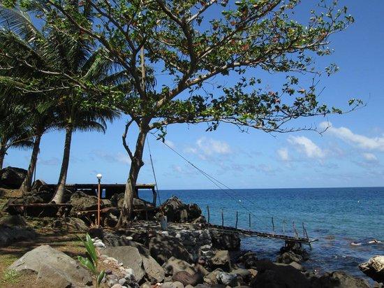 Camiguin Volcan Beach Eco Retreat & Dive Resort: Sundeck & Footbridge