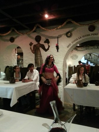 Meson del Cid: Bailarina en la cena medievalun viaje de descanso, placer y diversión.  P.D. No dejo de mencion