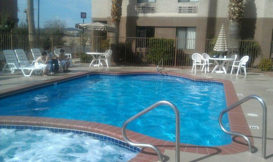 Ambassador Inn: Nice Pool and Hot Tub!