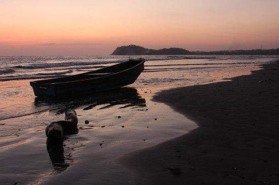 The Hideaway Hotel Playa Samara: boat by dusk