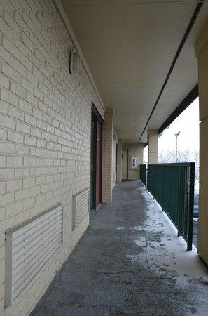 Super 8 Mason: Outdoor hallways.