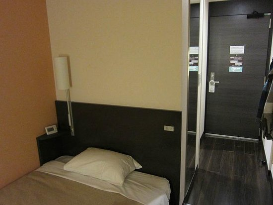 Ours Inn Hankyu: 部屋はコンパクトですが寝るだけなら十分。