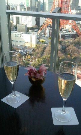 The Prince Park Tower Tokyo: タワーを見ながらシャンパン