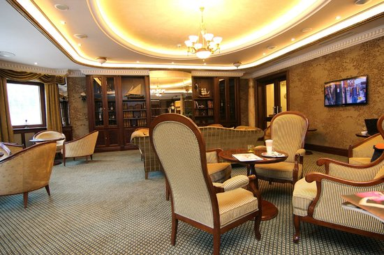 Retro Riverside Luxury Wellness Resort: Lobby Bar