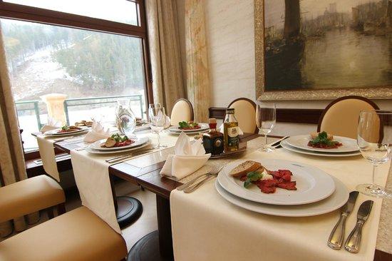 Retro Riverside Luxury Wellness Resort: Grand Restaurant Riverside