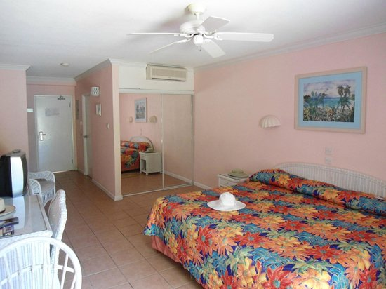 Butterfly Beach Hotel: The amply large rooms with very satisfactory air con and ceiling fan.