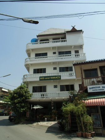 Bed and Terrace Guesthouse Chiang Mai: 5階建ての外観
