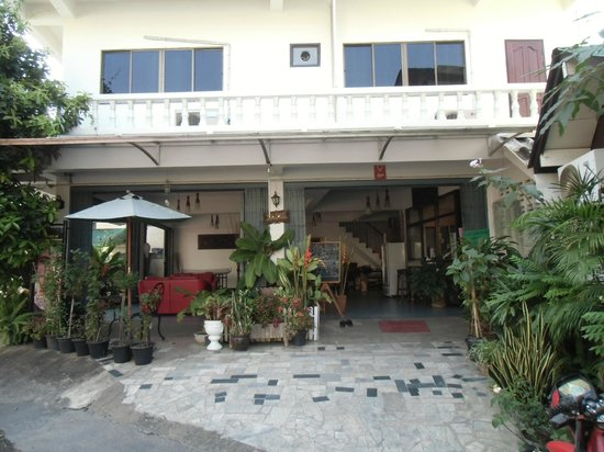 Bed and Terrace Guesthouse Chiang Mai: 1階外観