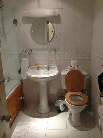 Ferrari's Country House Hotel: bathroom