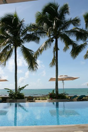 Mon Choisy Beach Resort: Pool / Meerblick
