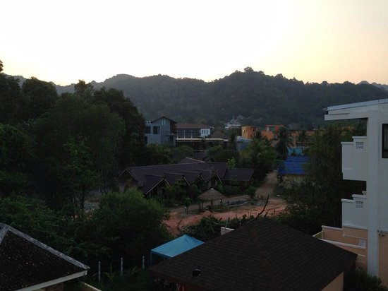 Srisuksant Resort: บริเวณรอบนอกโรงแรมค่ะ