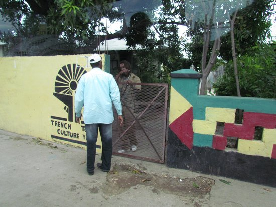 Uton's Private Tours: Palmer négocie la visite de Gouvernment Yard à Trenchtown
