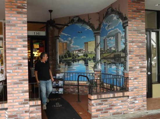 Palace Pizza: Mural of Mirror Lake (nearby attraction) at entrance