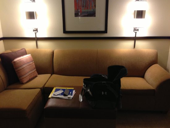 Hyatt Place Atlanta Airport North: Sitting area across from work desk