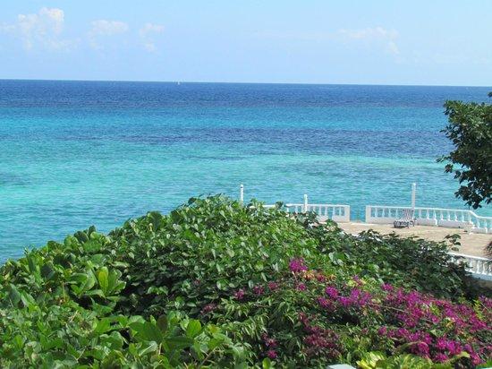 Silver Seas Resort Hotel : Vue sur la mer et le coin baignade