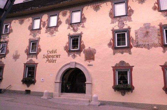 Hotel Schwarzer Adler: Exterior of hotel