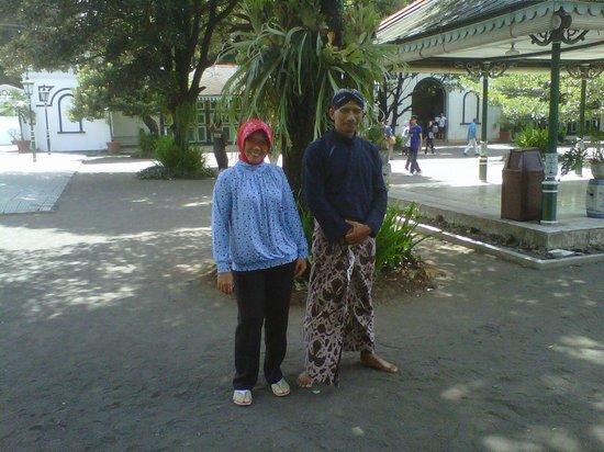 Yogyakarta, Indonesia: bersama abdi dalem